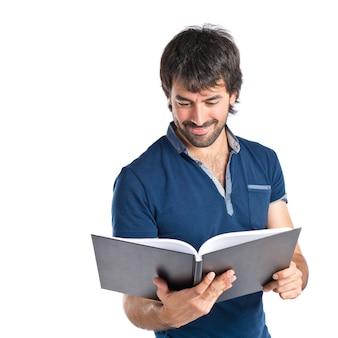 Hombre leyendo un libro sobre fondo blanco