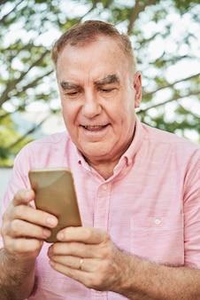 Hombre leyendo noticias en línea