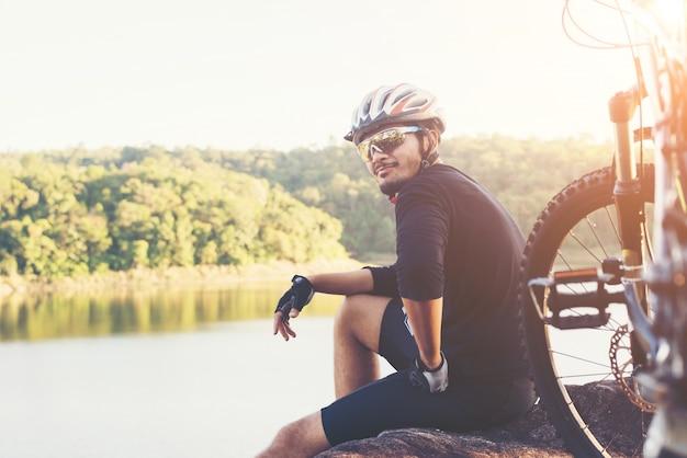 El hombre la libertad de bicicleta de montaña puesta de sol deportista