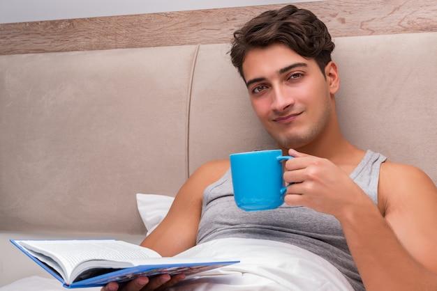 Hombre, libro de lectura, en la cama