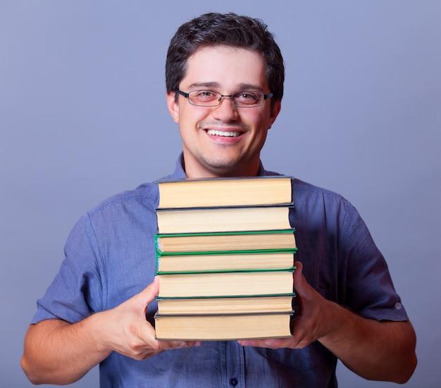 Hombre con libros.