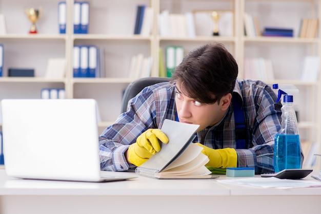 Hombre limpiador robando documentos confidenciales