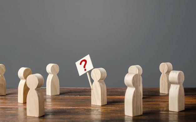 El hombre llama la atención sobre el tema. hacer preguntas, buscar la verdad. curiosidad.