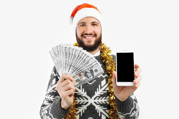 El hombre llama por teléfono con dinero en sus manos concepto de año nuevo