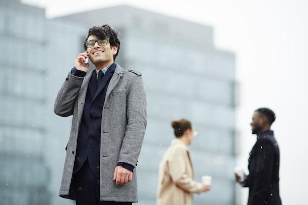 Hombre llamando al aire libre