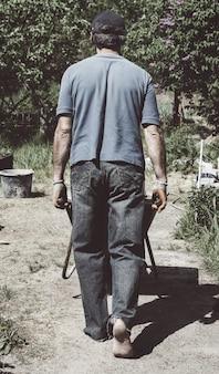 Un hombre lleva una cartilla en la carretilla