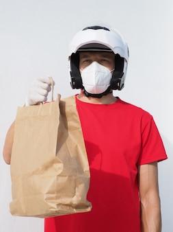El hombre lleva una máscara y un casco de moto.