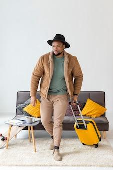 Hombre llevando equipaje de tiro completo