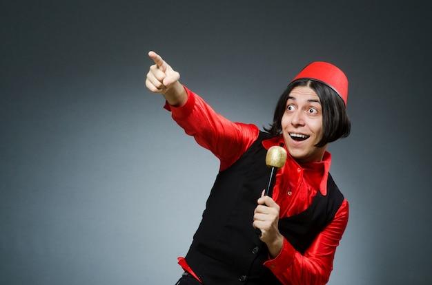 Hombre, llevando, rojo, fez, sombrero