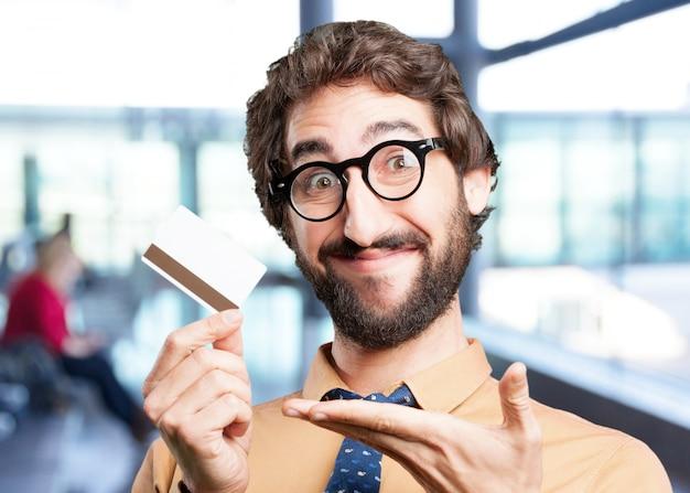 Hombre loco con la expresión de crédito card.funny