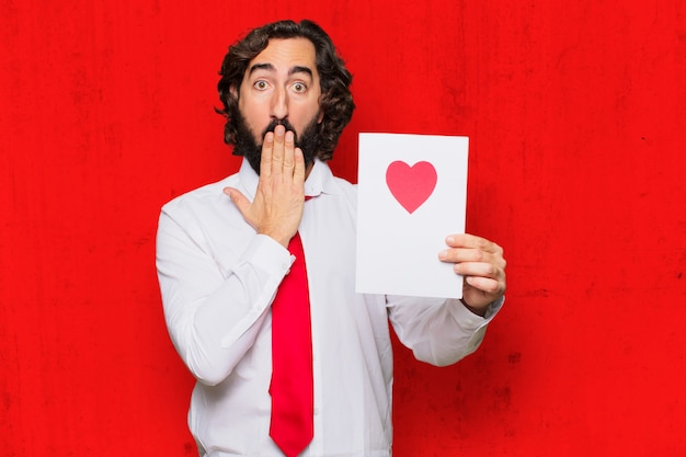 Hombre loco joven en el amor, concepto del día de tarjeta del día de san valentín.