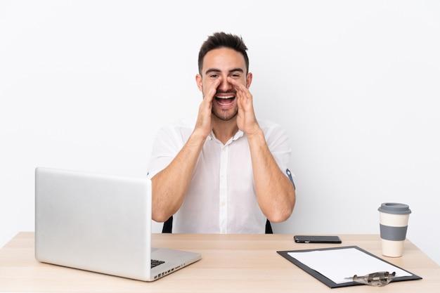 Hombre en un lugar de trabajo con una computadora portátil