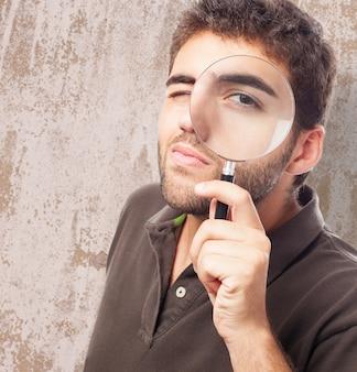 Hombre con una lupa en su cara