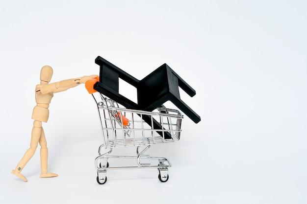 Hombre de madera llevar supermercado compras whith silla negra en él aislado sobre fondo blanco.