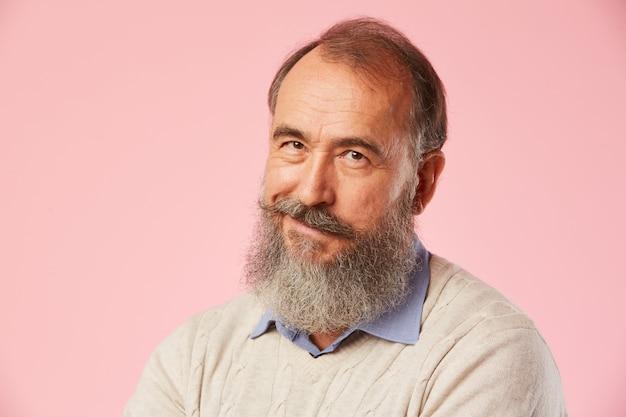 Hombre maduro con barba gris