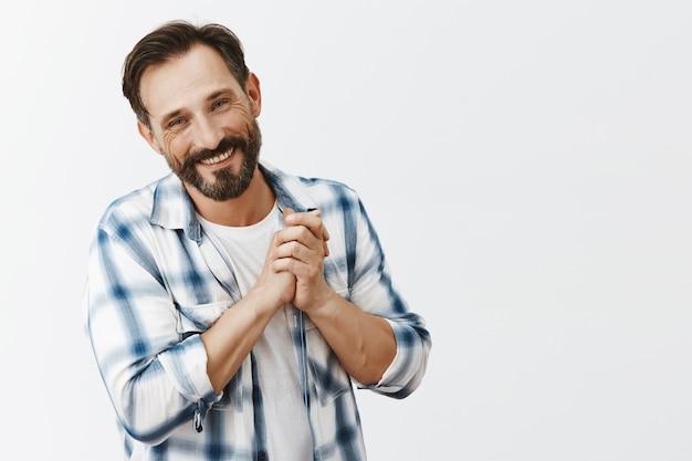 Hombre maduro barbudo agradecido posando