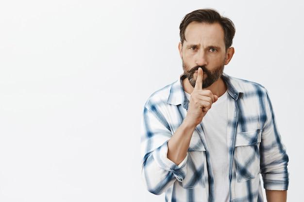 Hombre maduro barbudo enojado posando