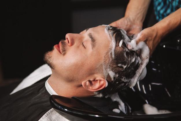 Hombre maduro cortarse el pelo en la barbería