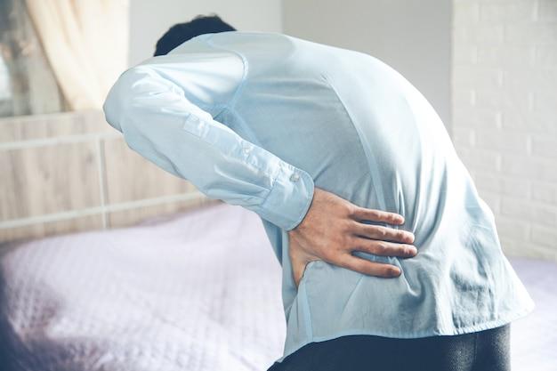 Hombre maduro con dolor de espalda