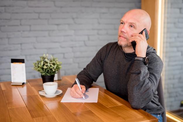 Hombre maduro escribiendo