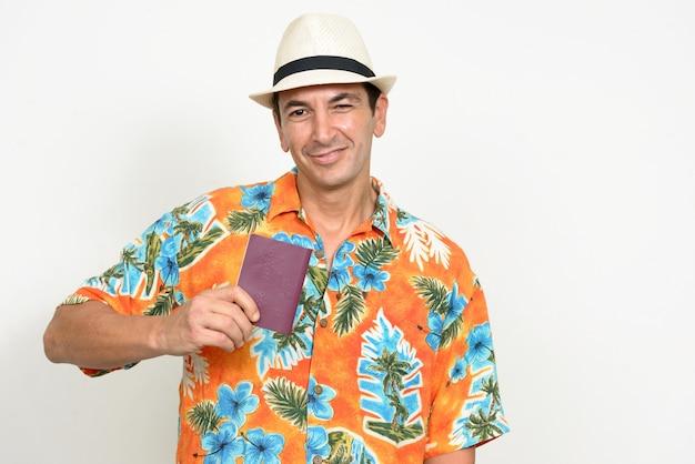 Hombre maduro guapo turista listo para vacaciones aislado