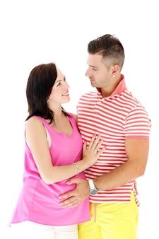 El hombre maduro y la mujer embarazada son felices juntos