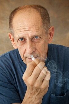 Hombre maduro preocupado fumando