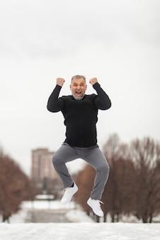 Hombre maduro saltando de felicidad