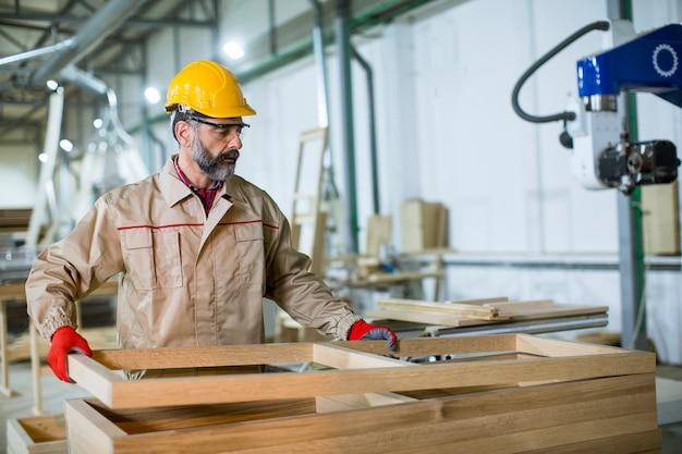 Hombre maduro trabajando en fábrica de muebles