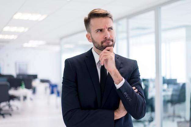 Hombre con la mano en la barbilla pensando