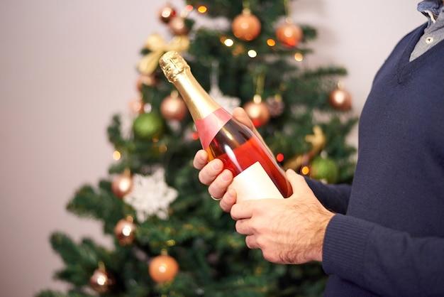 Hombre manos sosteniendo champagne