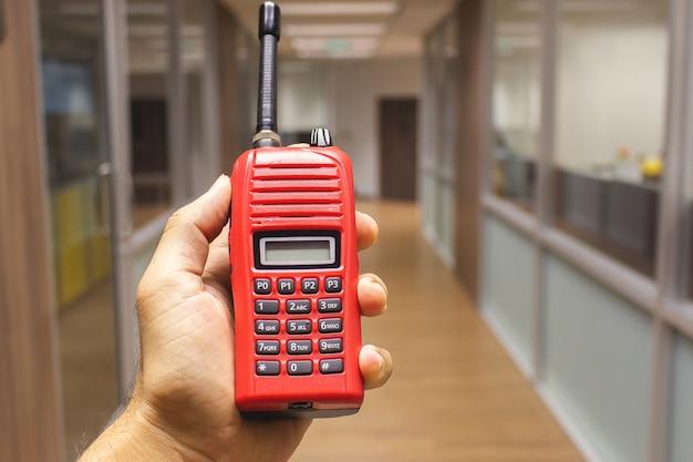 Hombre de las manos con walkie talkie rojo