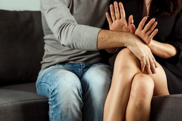 Un hombre está manoseando a una mujer