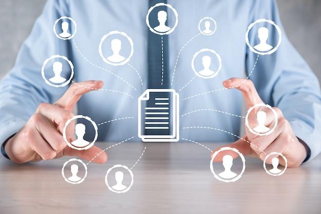 Hombre mantenga documento e icono de usuario. sistema de gestión de datos corporativos dms y concepto de sistema de gestión de documentos. el empresario haga clic o publique en el documento conectado con los usuarios corporativos