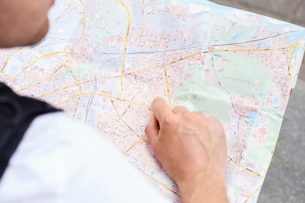 Hombre con mapa de la ciudad