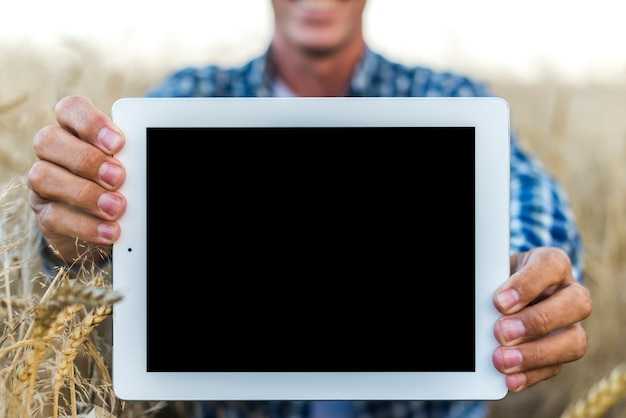 Hombre de maqueta sosteniendo una tableta