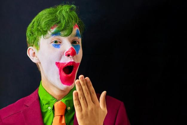 Hombre en maquillaje de payaso