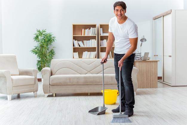 Hombre marido limpiando la casa ayudando a esposa