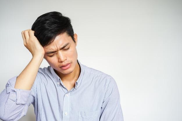 Hombre masajear la cabeza por dolor de cabeza o síntoma de migraña