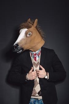 Hombre de máscara de caballo en estudio