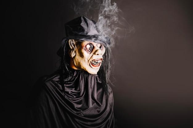 Hombre en máscara espeluznante en negro