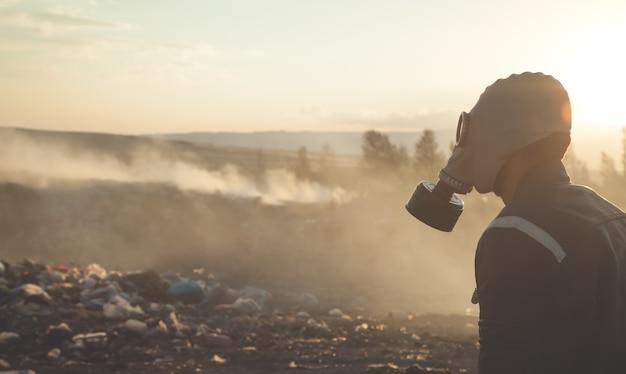 Hombre con máscara de gas al aire libre. detener la contaminación ambiental