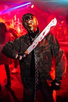 Hombre con máscara en halloween con un traje ensangrentado