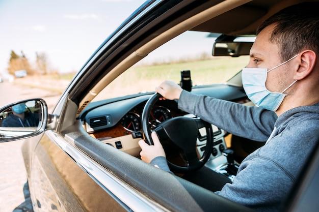 Hombre de la máscara médica en coche. coronavirus, enfermedad, infección, cuarentena, covid-19