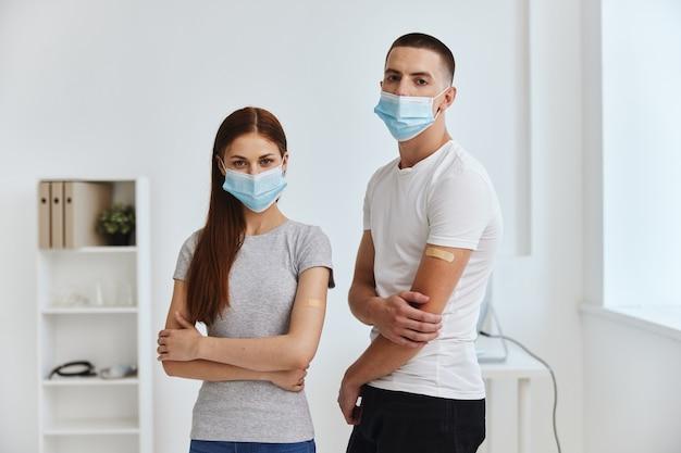 Hombre en máscara médica contracción de cinta adhesiva en hospital inmunidad de pasaporte covid