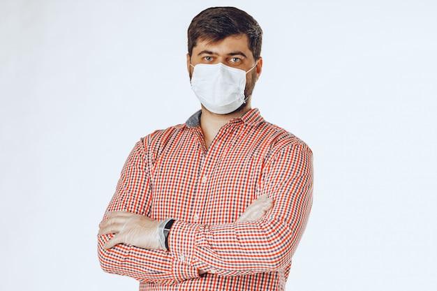 Hombre en la máscara médica y guantes médicos para protección. de cerca.