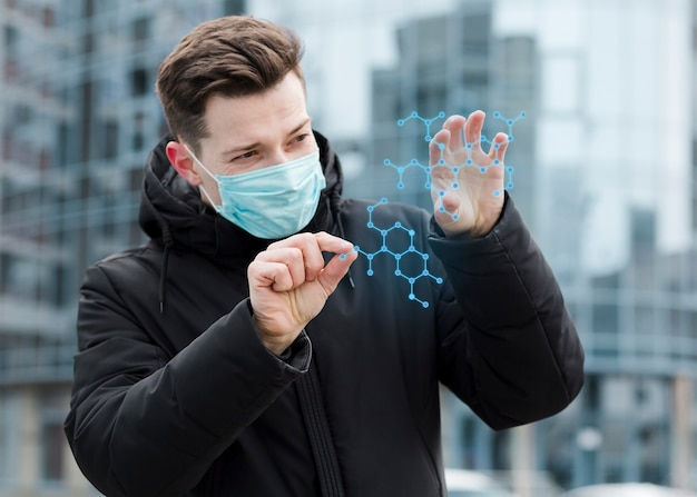 Hombre con máscara médica y mirando la estructura molecular
