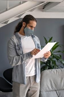 Hombre con máscara médica trabajando