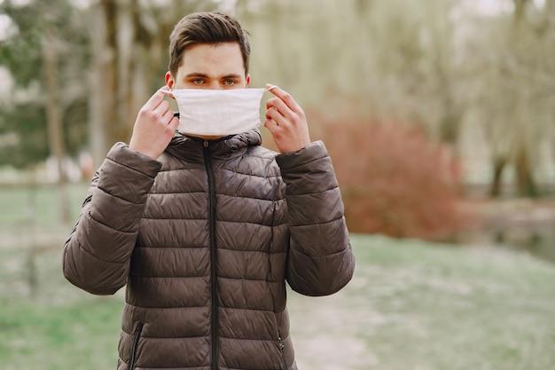 Hombre en una máscara de pie en la calle