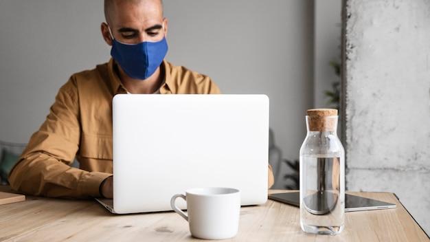 Hombre con máscara de protección en el interior